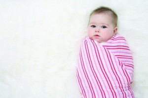 Завернутый ребенок в одеяло