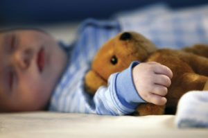Почему ребенок спит с приоткрытыми глазами